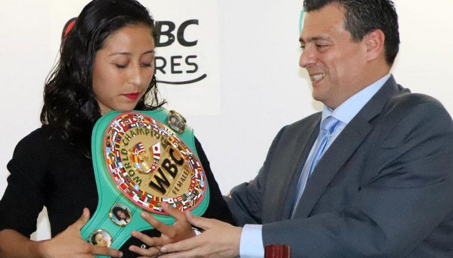 """""""Niña"""" Gómez recibe el cetro mundial WBC."""