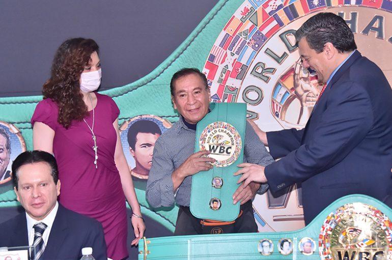 El entrenador Raúl López recibe toalla de entrenador